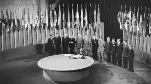 Les délégués de 50 nations, toutes en guerre contre l'Axe, se réunissent en Conférence à San Francisco le 25 avril 1945, pour mettre au point de manière définitive les principes devant régir l'Organisation des Nations.