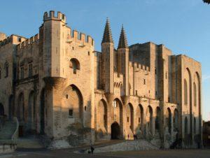 Façade du palais des papes à Avignon.
