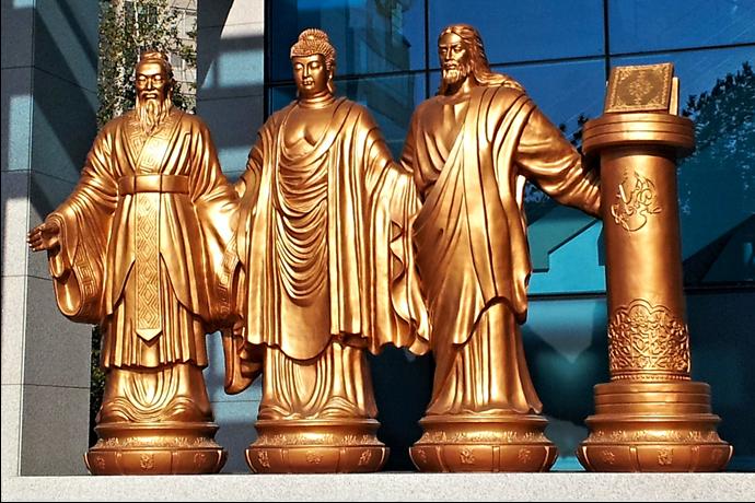 Ces statues des grands fondateurs religieux et des Écritures (de gauche à droite : Confucius, Bouddha, Jésus Christ, Coran), représentant quatre grandes religions, ont été érigées devant le sanctuaire du Cheon Bok Gung à Séoul, afin de contribuer à la réalisation d'un monde idéal de paix, transcendant les différences religieuses et nationales, qui est la vision de Sun Myung Moon, fondateur du Mouvement de l'Unification.